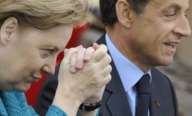 Merkel und Sarkozy beim Beten